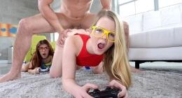 İki küçük kız lezbiyen ilişki yapacakken gelen kaslı adam kızları sikiyor