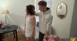 Kızı banyodan çıktıktan sonra saçlarından tutarak odaya götürüyor