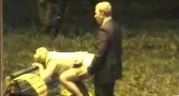 Kolej kızı parkta bankın üstüne domalıyıor iş adamı arkadan sikiyor