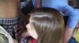 Küçük kız boxer içinden çıkarttığı siki yalayarak sikişiyor