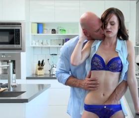 Mutfakta yemek yaparken soyunan mavi sütyenli kız ile sevgilisi