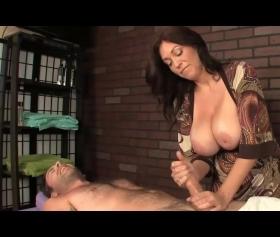 Okulda fantazi dolu masaj yapan büyük memeli öğretmen ve azgın adam pornosu