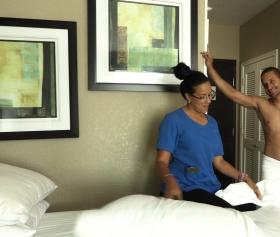 Otel odasında duşta olan adam çıkınca odada gördüğü temizlikçiyi sikti