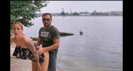 Sahil kenarında herkesin içinde domalan kız sikilmek istedi