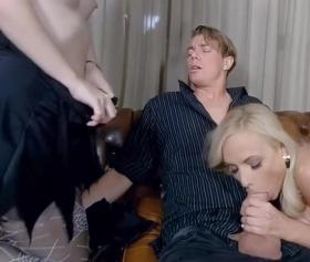 Sarışın Orospu iki ünlü adamın evinde sex fantazisi yapıyor