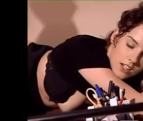 Seksi güzel kız masaya domaldı arkasına geçen erkek köküne kadar soktu