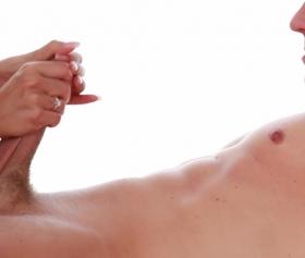 Yarrağın her noktasına dil değdiren azgın hatun pornosu