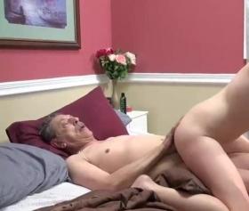 Yaşlı adam genç karıyı gizlice sikerken kameraya yakalnıyor