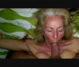 Yaşlı sarışın kadın ağzına büyük bir yarrak alarak sikişti