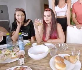 Yemek masasında ailenin azgın kızları sex partisine çeviriyor