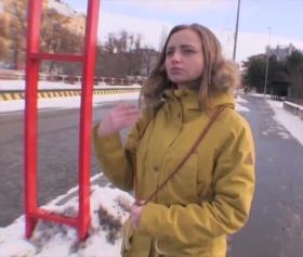 Okula gitmek için otostop çeken genç kızı arabasına alan adam sikiyor