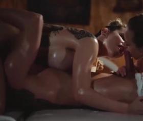 Çıtır kızların elinde erotik masajla kendinden geçiyor