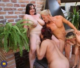 Grup seks partisinde olgunları siken genç