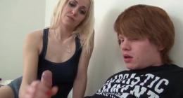 Liseli gence arkadaşının sarışın annesi elleriyle mastürbasyon yapıyor