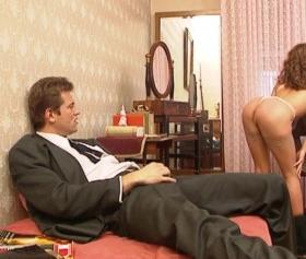 Yakışıklı patron seksi kumral sekreteriyle keyif yapar