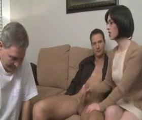 seksi üvey anne kocasının karşısında oğluna veriyor