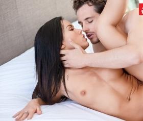 Sikişin ortasında dudak dudağa gelen çift