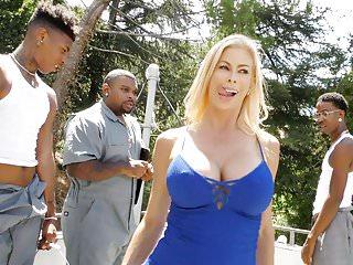 Alexis Fawx iri yaraklı zenciler ile grup seks yaptı
