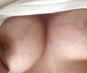 Göğüsleri ile oynayan türk olgun kadın