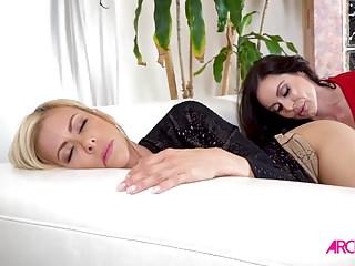Alexis ve Kendra Lezbiyen ilişkilerinde sevişiyor