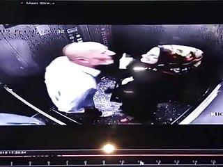 Asansörde evli türbanlı kürt kızını sikiyor