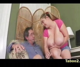 Büyük göğüslü öğretmen yaşlı adamı gençleştiriyor