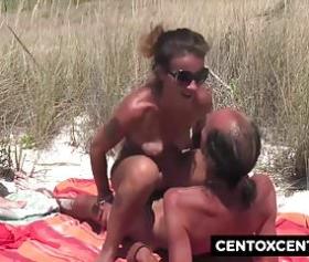 Plajda güneşlenen kadını sikişe ikna ediyorum