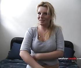 Sarışın çilli olgun kadın masturbasyon yaparak boşalıyor