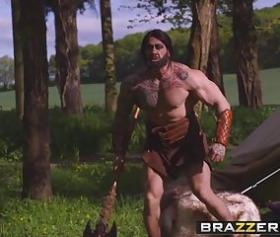 Savaşçı adam ormanda karıyı katır gibi sikiyor