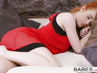 Sinsi üvey evlat uyuyan annesine babası gibi yaklaşıyor