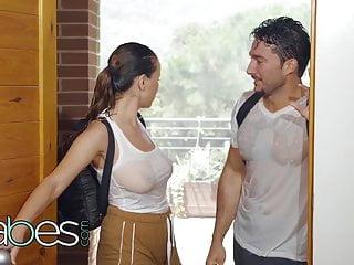Yağmurda ıslanınca göğüsleri beyaz tshirtten belli oldu